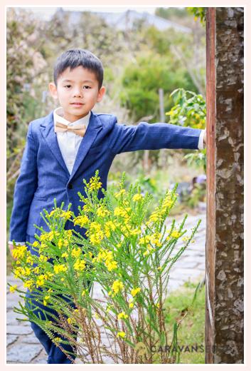 小学校入学記念フォト スーツを着た男の子 自宅の庭