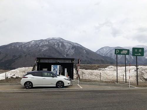 白川郷PA(上り)で急速充電中の日産リーフ(40kWh)