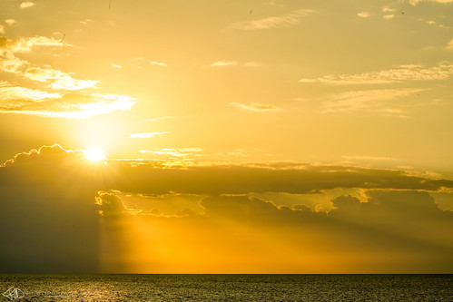 yellow sunbeams sunrise turks caicos ocean horizon clouds turksandcaicos providenciales longbay rays light