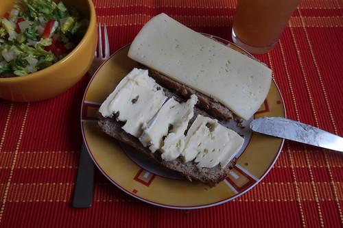 Aufgebackenes Körnerbaguette mit Esrom und Weichkäse mit Pfeffer zu Romanasalat mit roter Paprika, Zwiebeln und Honig-Senf-Dressing