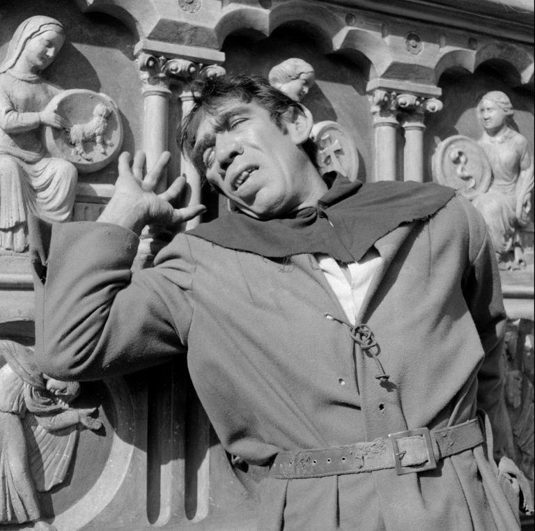 Anthony Quinn dio vida al jorobado de Notre Dame
