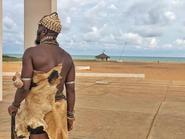 Hechicero Somba en la Puerta de no retorno de Ouidah (Benín)