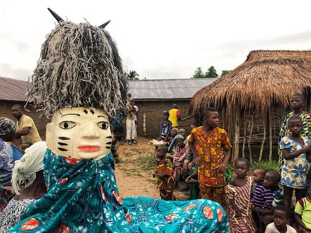 Máscara Gelede en Benín durante una ceremonia.
