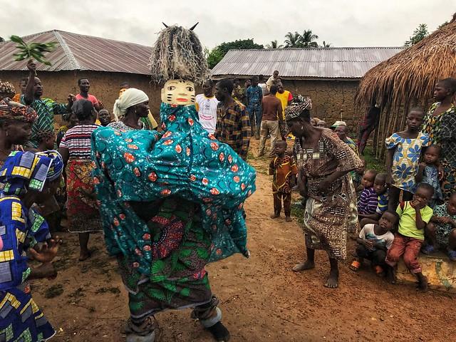Máscara Gelede danzando en una ceremonia a la que asistimos en Benín