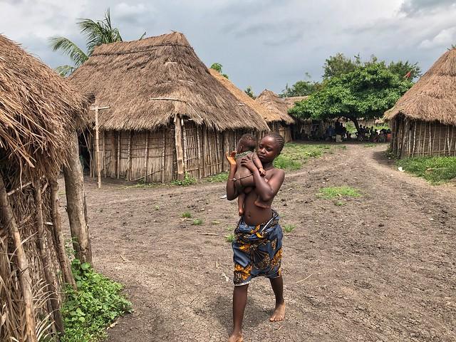 Mujer y niño en poblado Holi (Benín)