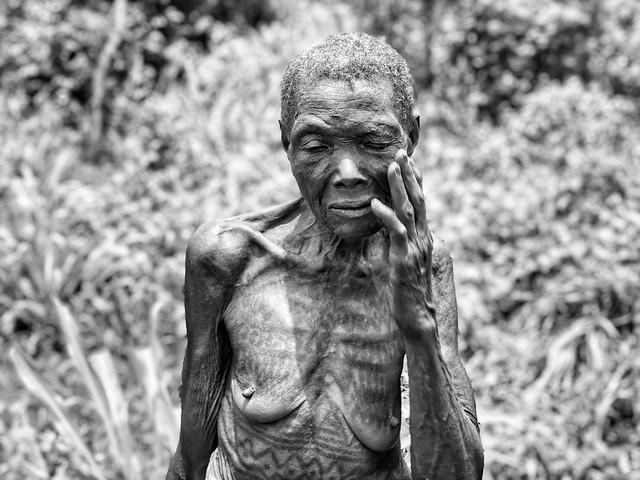 Anciana holi con su cuerpo tatuado (Benín)