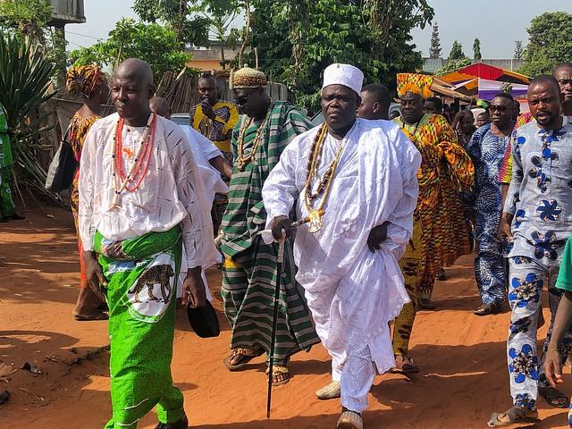 El recién entronizado rey de Adjarra (Benín) y su séquito