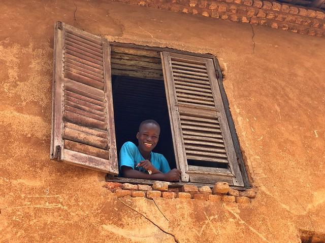 Joven beninés asomado a la ventana en Porto-Novo