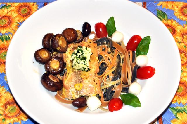 Bunte Tagliatelle, Wildlachsfilet, gebratene Champignons mit Bärlauchbutter. Garnitur: schwarze Oliven, Mozzarellakügelchen und Tomaten ... Foto: Brigitte Stolle