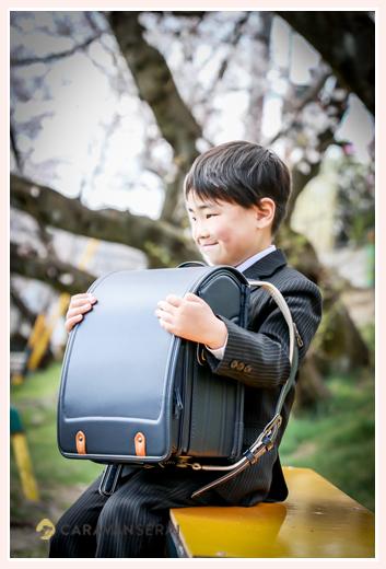 スーツを着てランドセルを抱える男の子 小学校入学記念のロケーションフォト