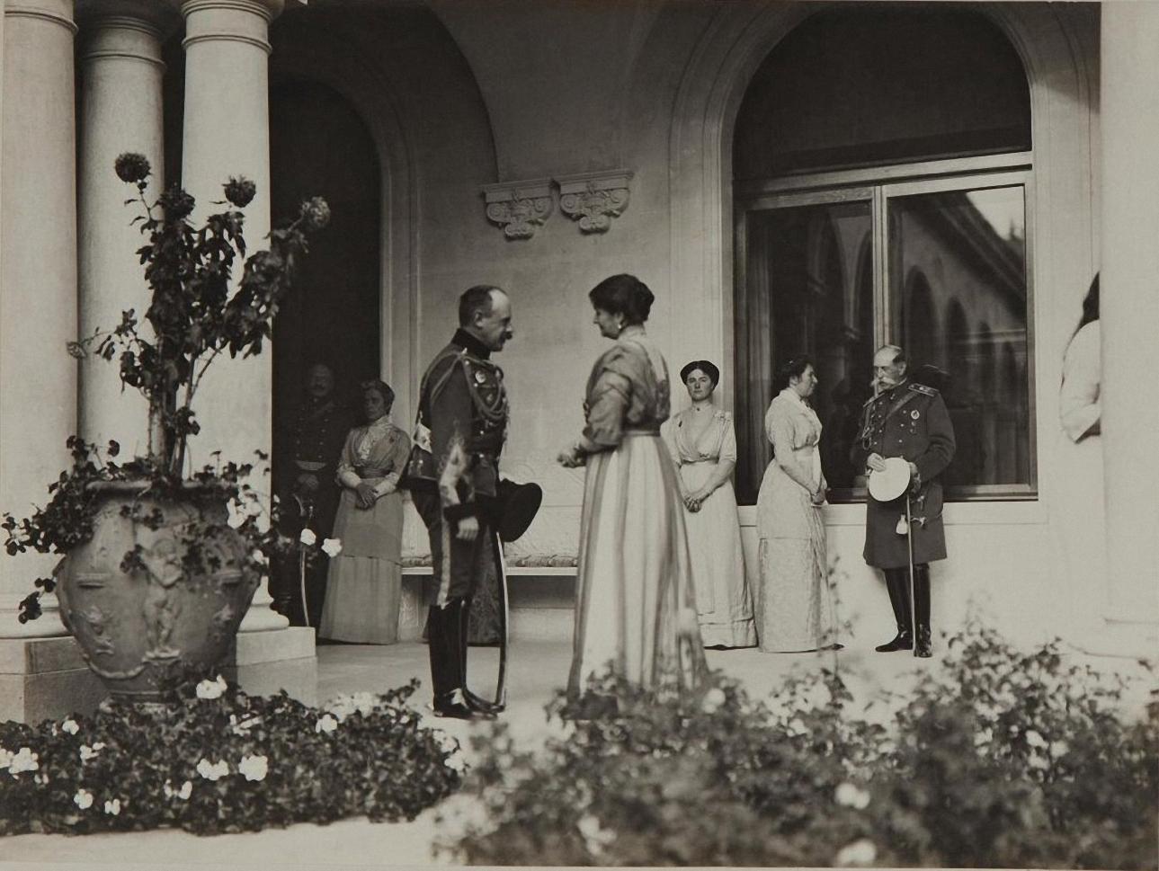 1913. Императрица Александра Фёдоровна беседует с офицером в галерее Итальянского дворика Ливадийского дворца