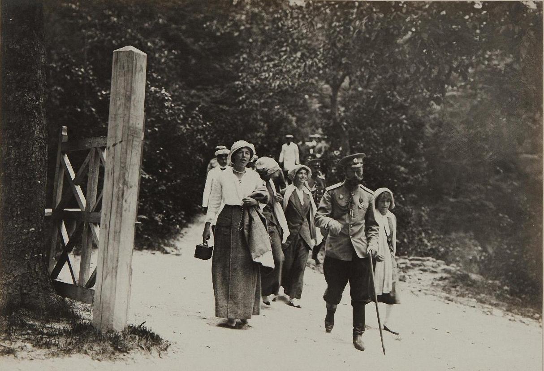 1913. Император Николай II с дочерьми и великой княгиней Ольгой Александровной в Бахчисарае