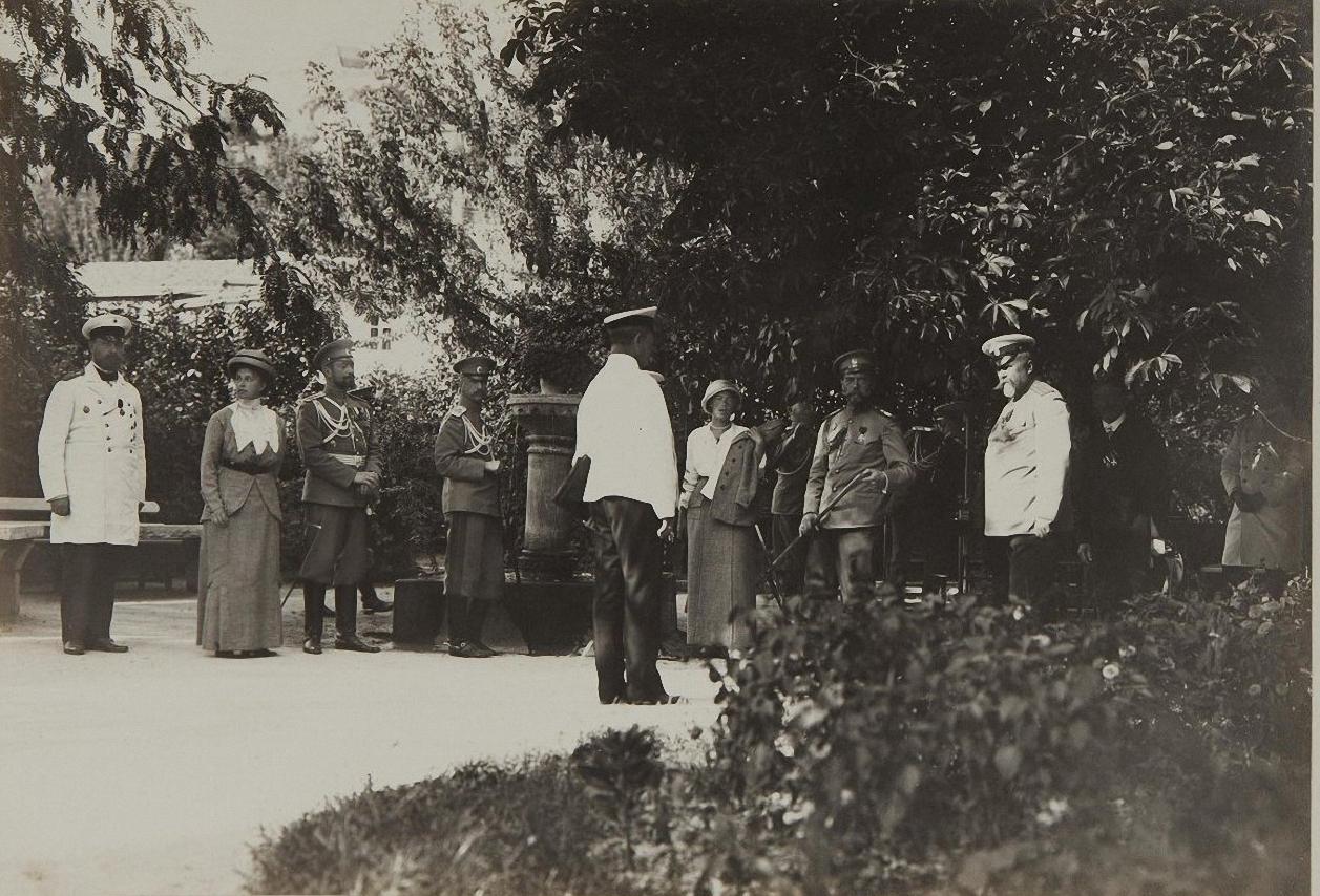 1913. Император Николай II с великой княгиней Ольгой Александровной и свитой в Бахчисарае