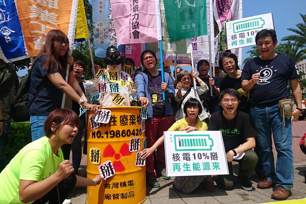 反核團體高喊「核電10%掰!再生能源來」的口號。攝影:李育琴。