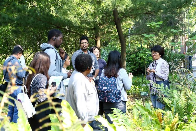 在植物園展示區內,向訪賓介紹臺灣稀有植物的收集情形,以及這些稀有植物在園內的生長狀況