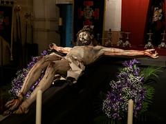 Sobre una cruz le clavaron.