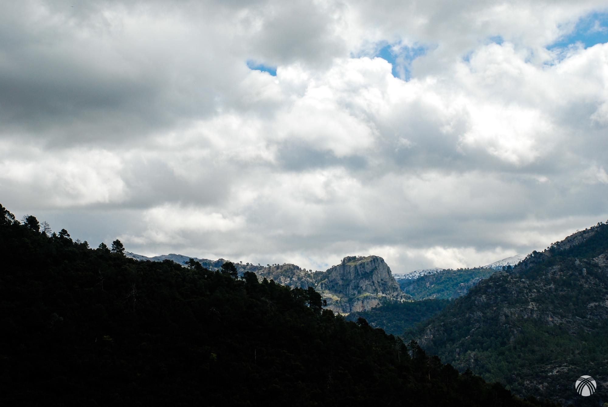 Picón del Haza y nieve al fondo en la Calarilla