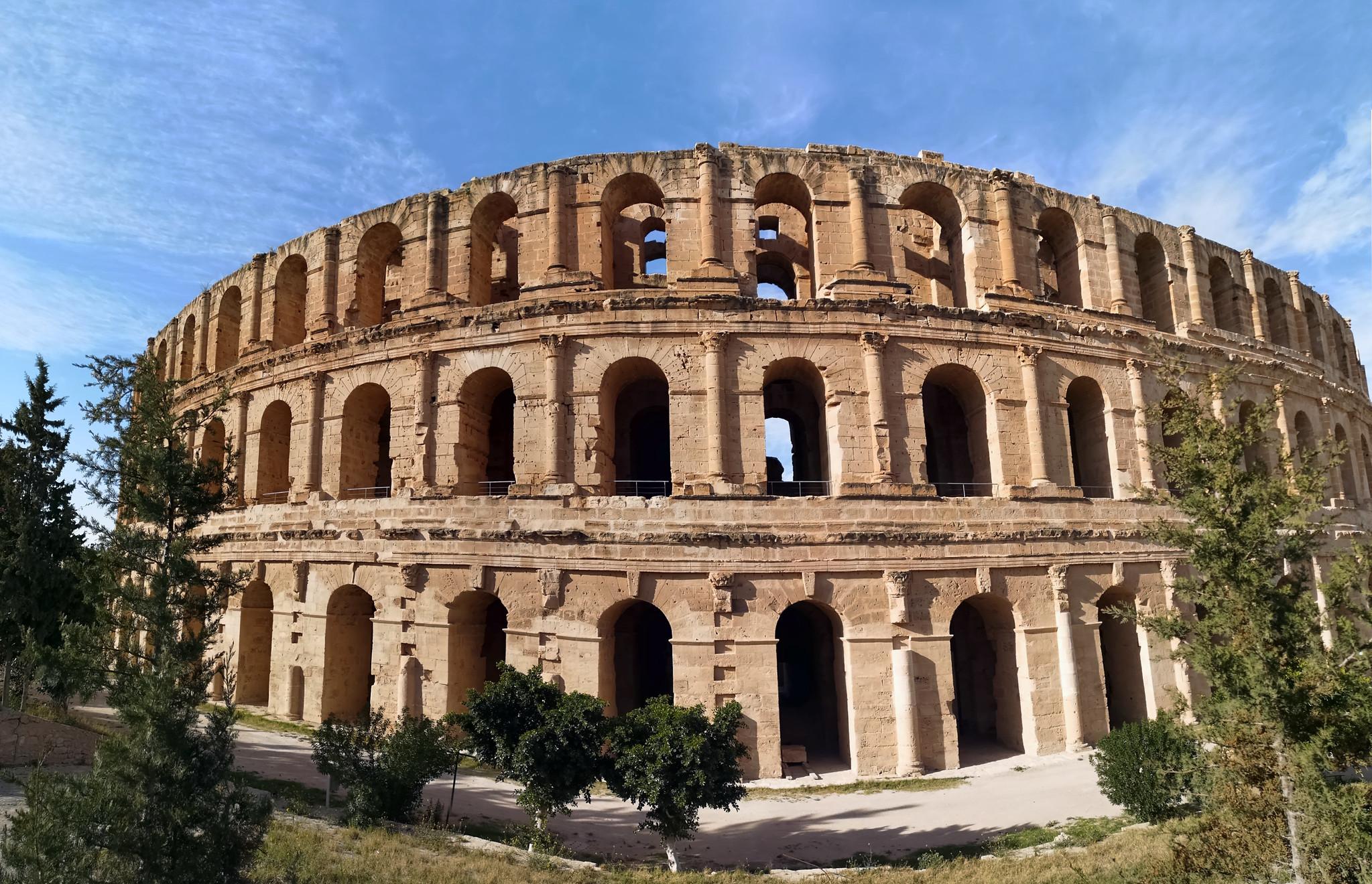 fachada exterior anfiteatro de El Djem o Coliseo Romano de Thysdrus Tunez
