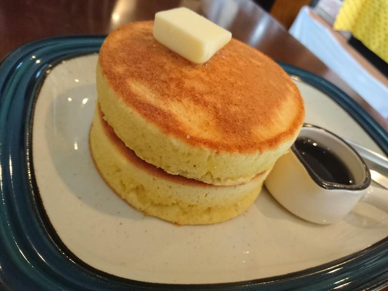 guaduacoffeeの厚焼きホットケーキの写真です。メープルシロップとバター付き。