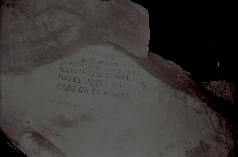 Inscripción muy curiosa. Vista tomada desde las zonas superiores de la catedral en los años 60. Fotografía de Victoriano de Tena Sardón