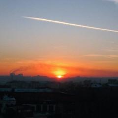 無意間走到歌劇院外的小廣場,一望無際的不是海也不是沙漠或草原,工廠煙囪排放的裊裊白煙,其實也蠻有意境啊。 【浪遊旅人】http://bit.ly/1zmJ36B #bacpackerjim #sunset #view #city #130kvartal #irkutsk #Ирку́тск #siberia #russia #россия