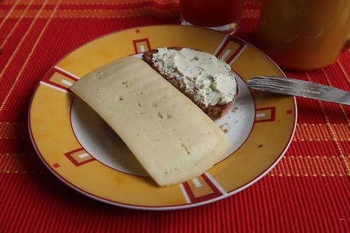 Toastie mit Scheibe Esrom und Kräuterfrischkäse