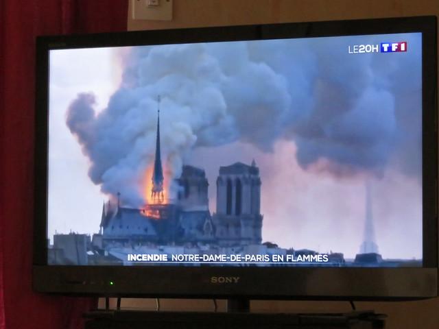 Notre-Dame de Paris est en train de brûler. Notre-Dame de Paris is burning.