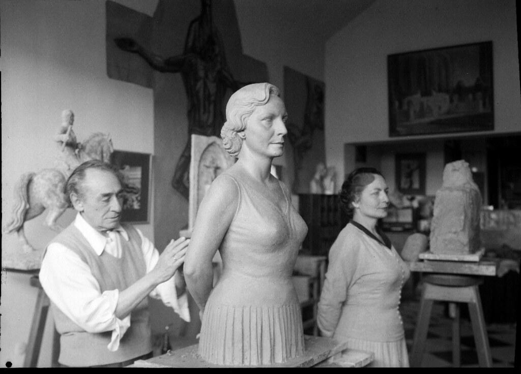 Victorio Macho realiza la escultura de su mujer en la casa de Roca Tarpeya.  AHP, JCCM