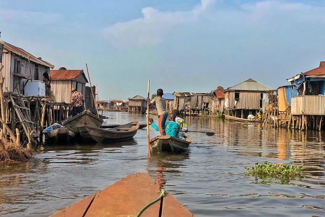 Navegando en Ganvié, la ciudad sobre el agua en el Lago Nokoué de Benín