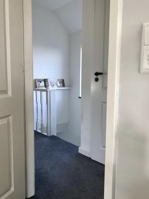 Overloop witte deuren tapijt