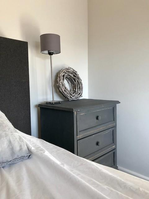 Nachtkastje krijtverf grijs landelijke slaapkamer