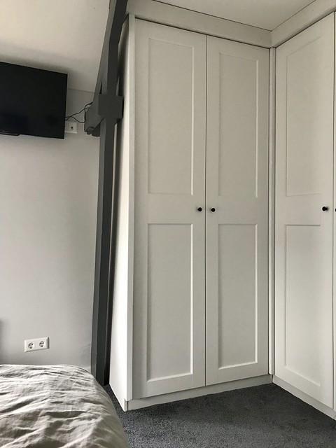 Kastenwand en tv slaapkamer