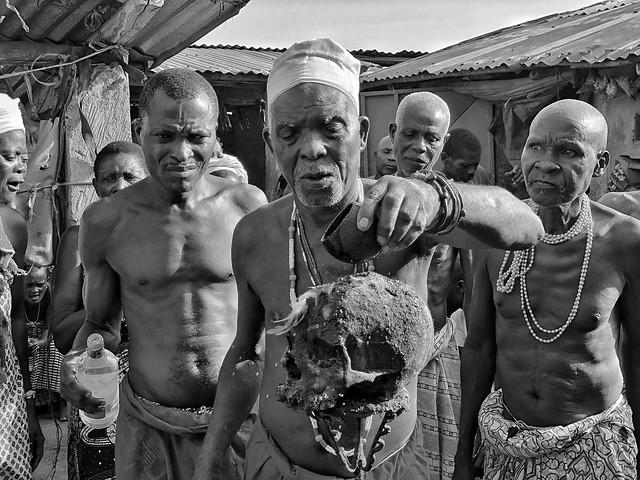 Fotografía en blanco y negro de una ceremonia vudú en Benín