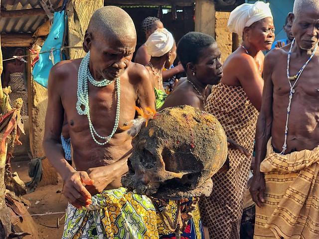 Calavera humana en un templo vudú de Benín