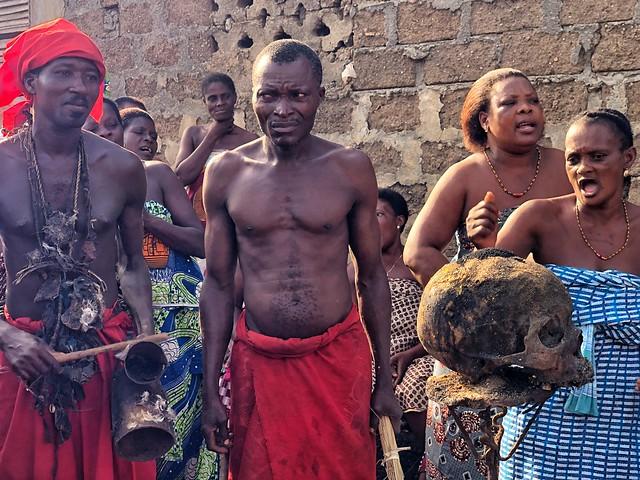 Ritual vudú en Benín con una calavera humana