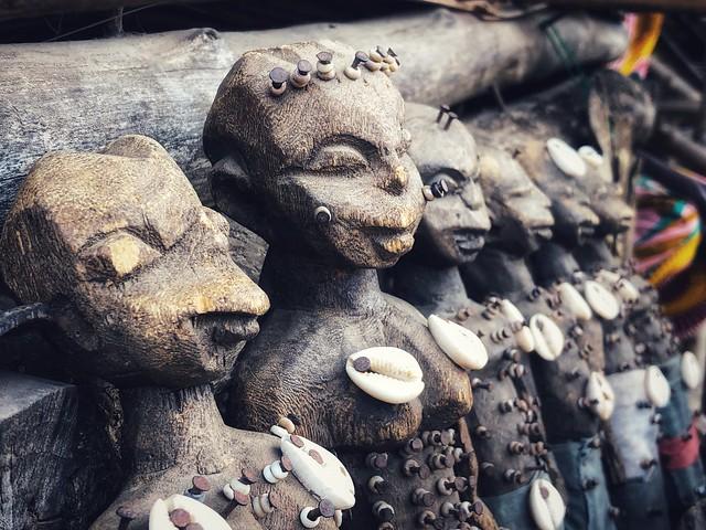 Detalle del mercado de fetiches Akodessewa en Lomé, Togo.