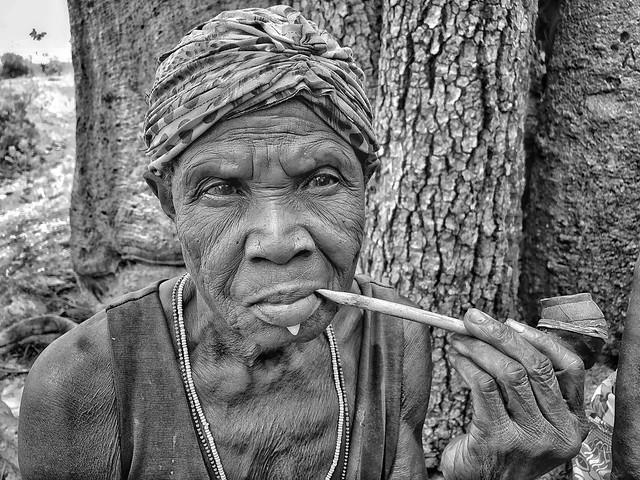 Fotografía en blanco y negro de una mujer tamberma (Somba) en Togo