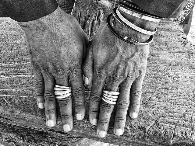 Fotografía en blanco y negro de las manos de un hombre de la etnia fulani (Benín)