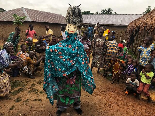 En una mascarada gelede (Benín)