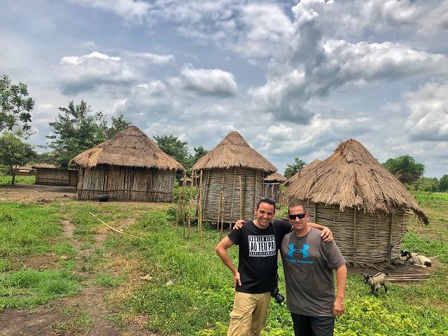 Sele e Isaac en una aldea holi de Benín