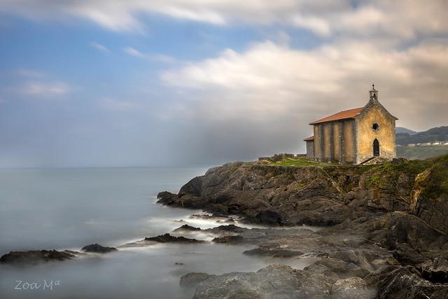 Una ermita frente al mar
