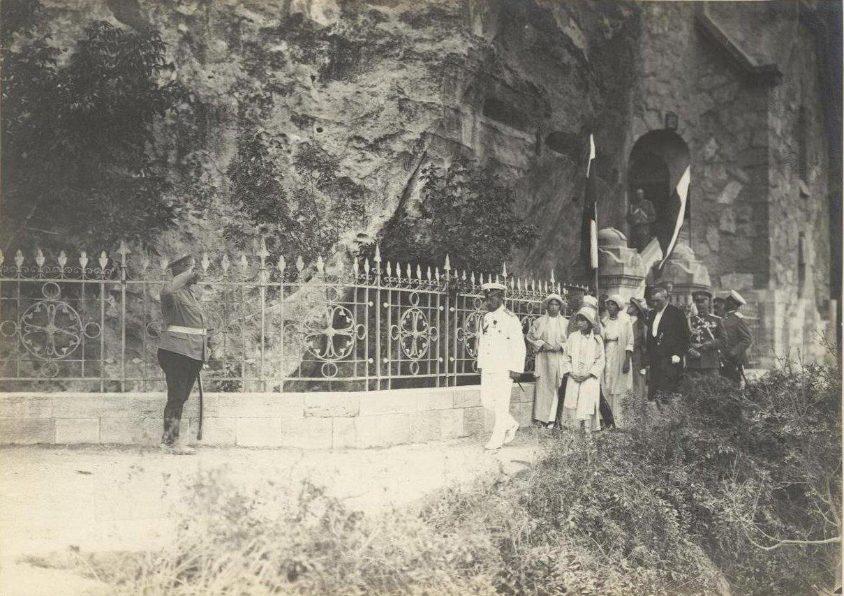 1913. Императорская семья у Севастопольского монастыря св. Климента Римского