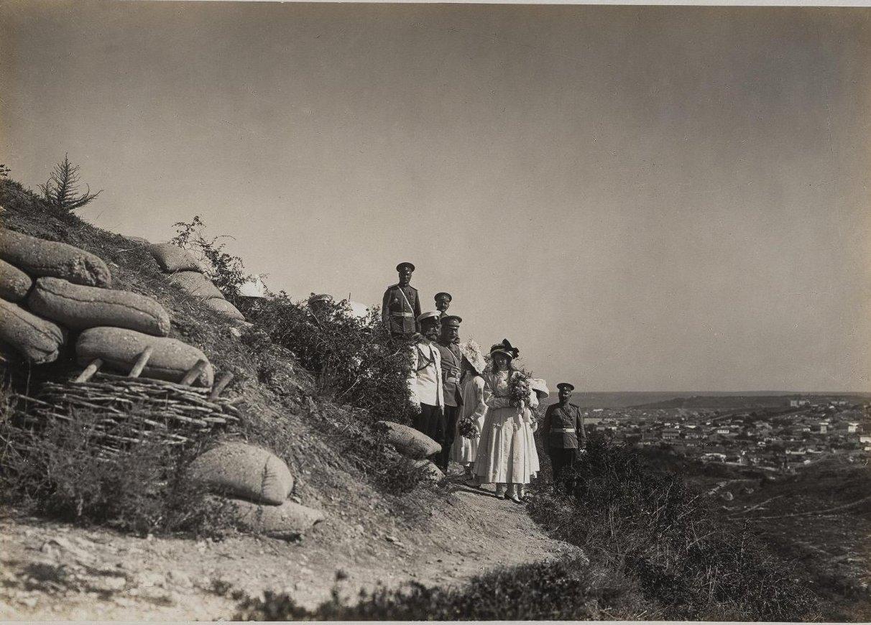 1913. Император Николай II с дочерьми и несколькими военными на Сапун-горе в Севастополе