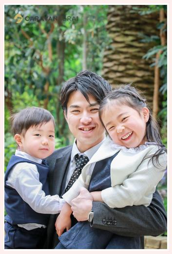 パパが二人の子を抱っこ 笑顔