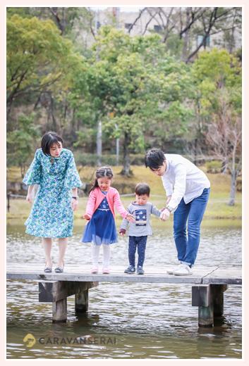 池を覗き込む親子