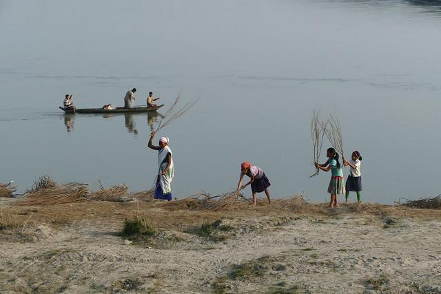 Scène de vie sur les berges du Brahmapoutre