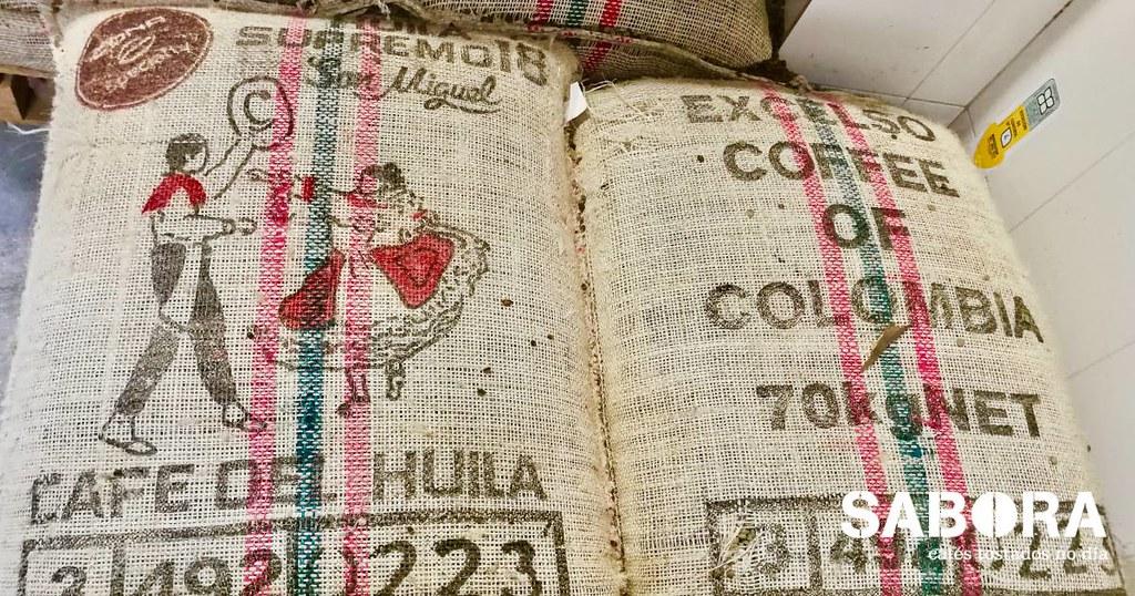 Café de Huila excelso en Saco nas instalacións de cafés Sabora