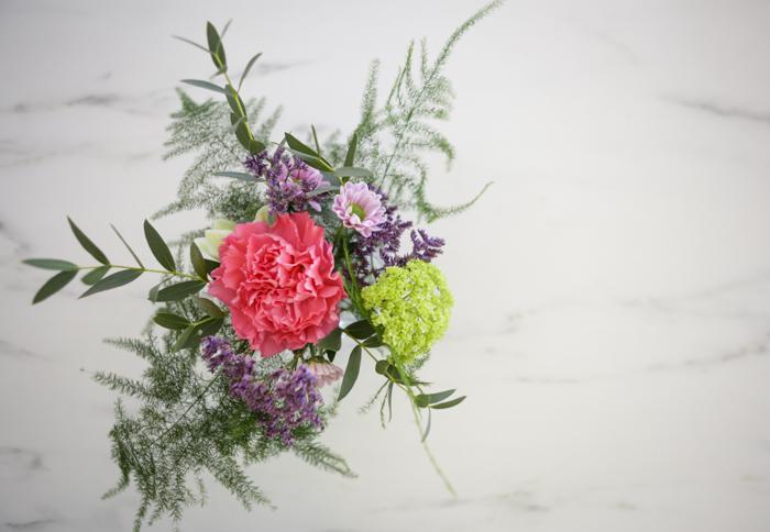 Järvenpään Kukkatalo kukkakoulu kaunis kukka-asetelma neilikka itsetehty tee itse diy kukkasidonta