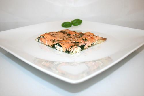 20 - Tarte flambée with smoked salmon, leaf spinach & pine nuts - Side view / Flammkuchen mit Räucherlachs, Blattspinat & Pinienkernen - Seitenansicht