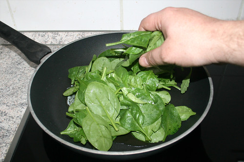 03 - Spinat in Pfanne geben / Put spinach in pan